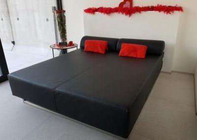 2 persoons zwart loungebed met rode kussens