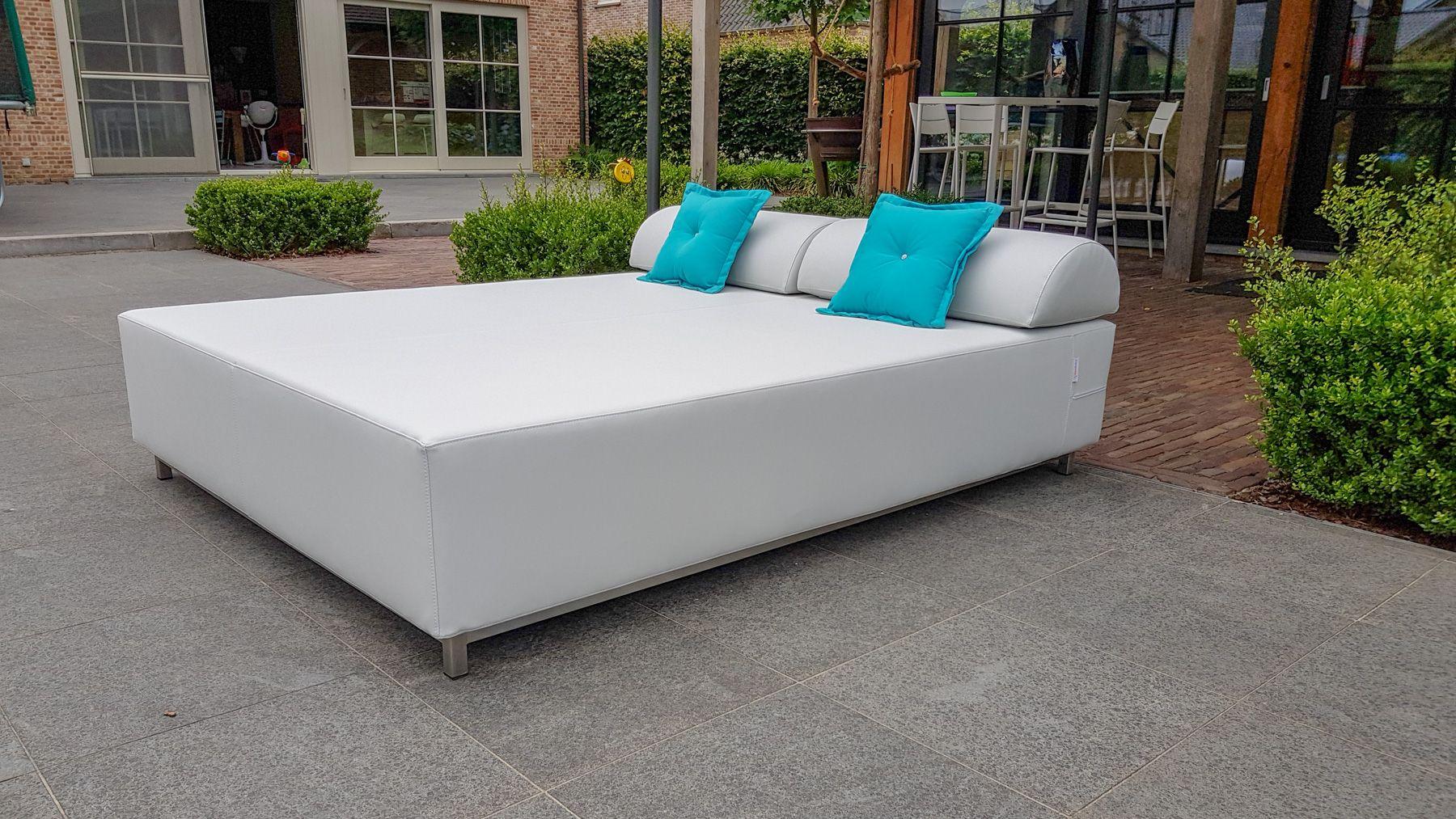 Loungebed op binnenplaats