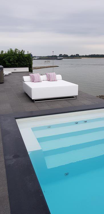 Loungebed bij meer
