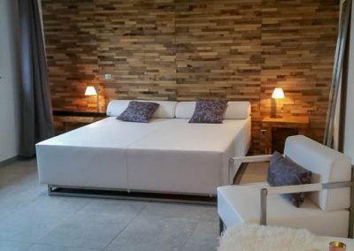 Loungebed tegen houten muur
