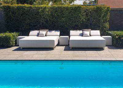Loungebedden bij zwembad